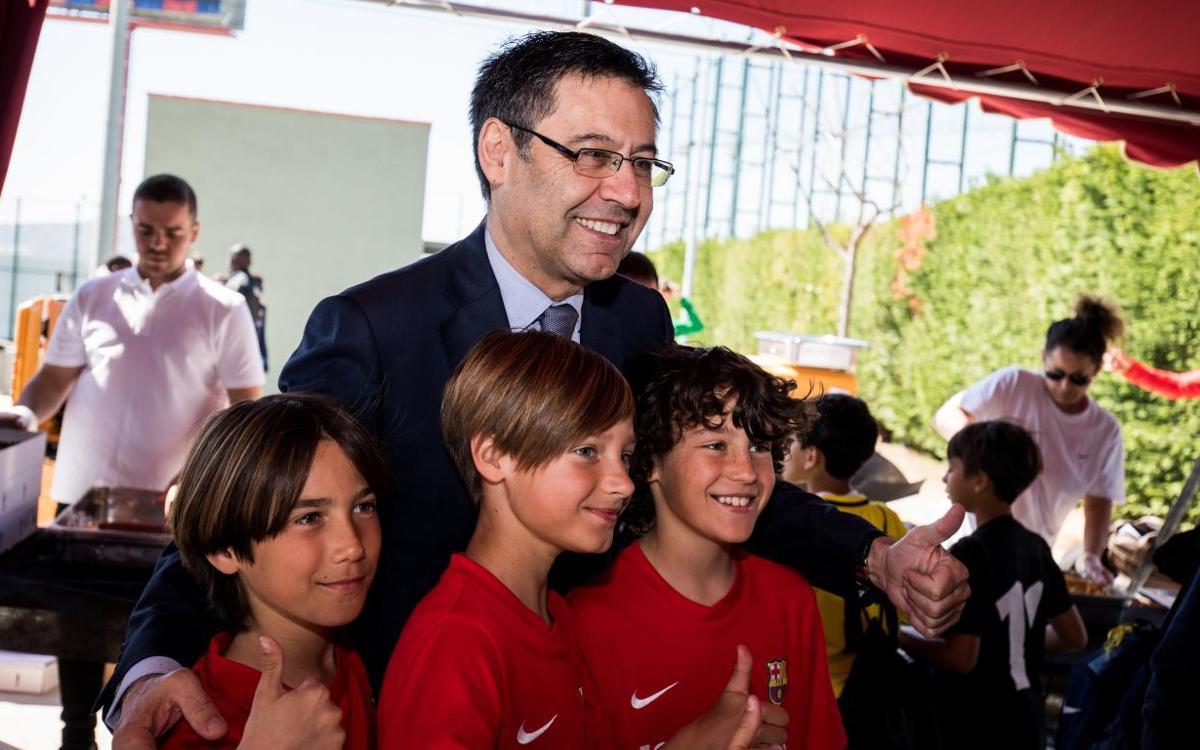 Josep Maria Bartomeu visita el Torneo Internacional FCBEscola 2018