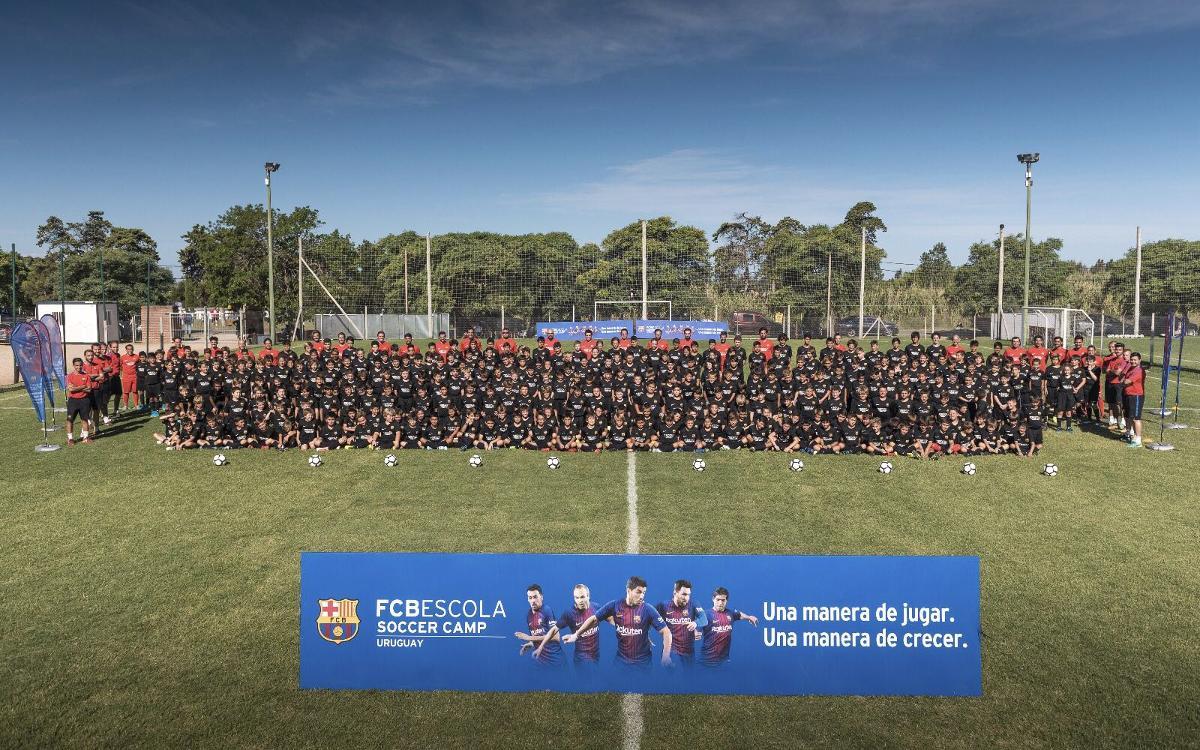 Cerca de 600 niños y niñas disfrutan del exitoso primer FCBCamp Uruguay
