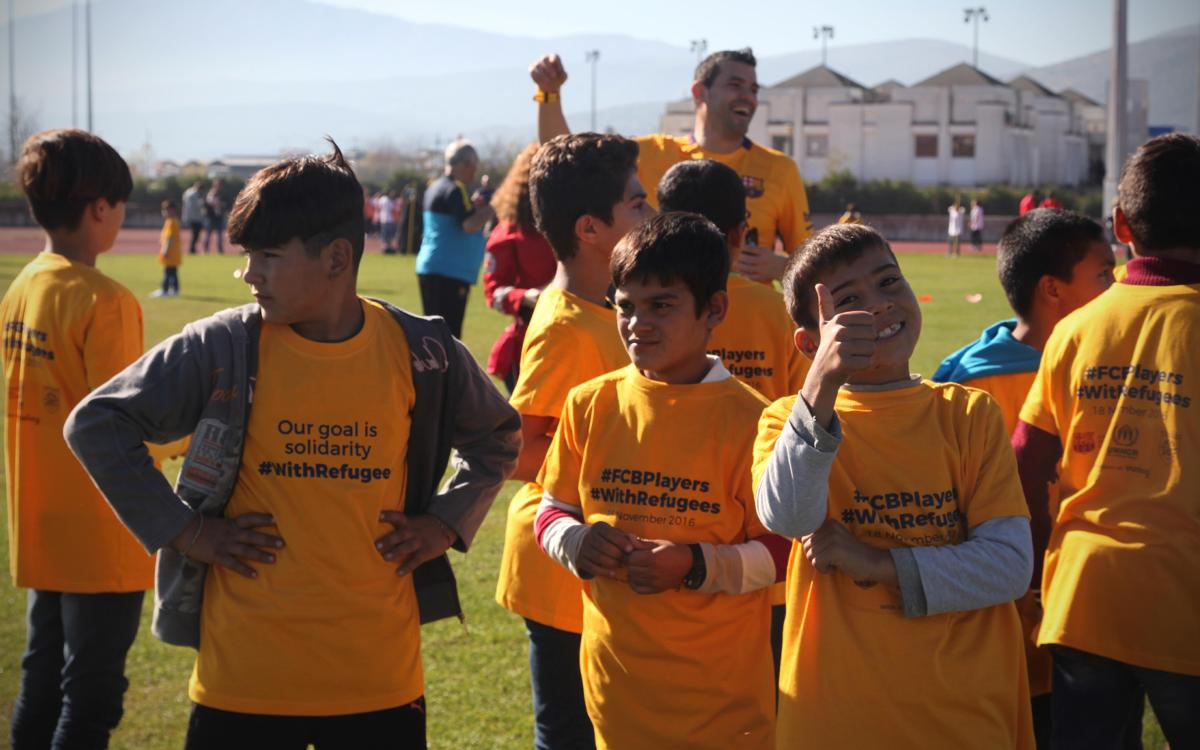 The Barça ex-players led a coaching clinic for 220 children at the refugee camps in Ioannina
