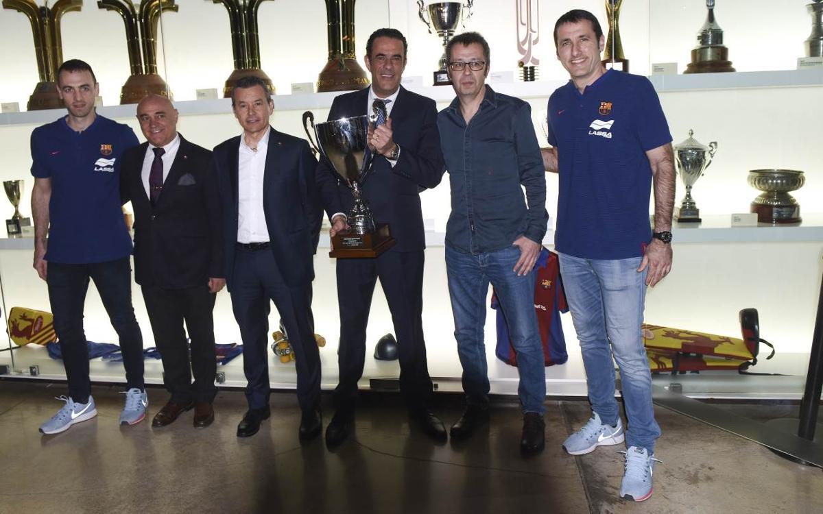 El Barça Lassa entrega la Copa del Rei al Museu abans de viatjar a la Corunya