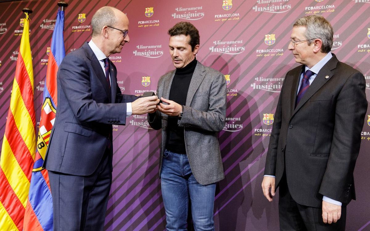 Guillermo Amor rep la insígnia de plata pels seus 25 anys de soci