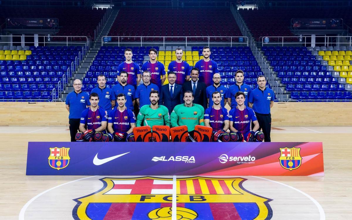 El Barça Lassa d'hoquei patins es fa la fotografia oficial amb el president Bartomeu