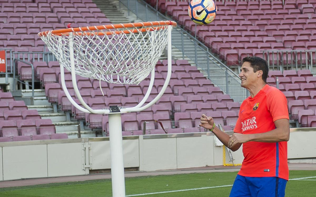 Barça Legends try their hand at 'FootBasket'