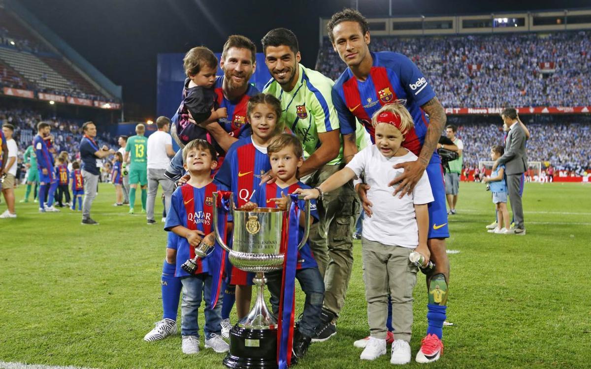 La celebración de los campeones sobre el césped del Vicente Calderón