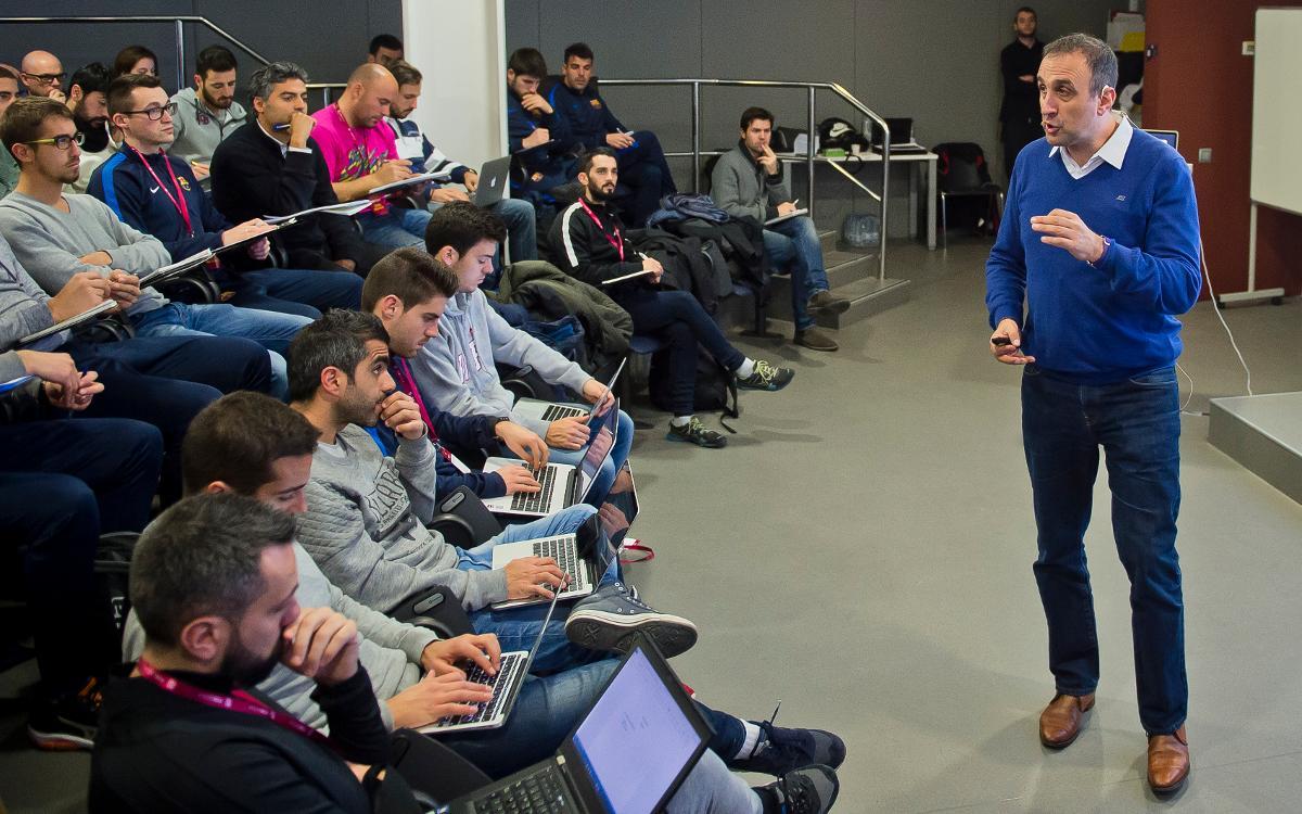 Xesco Espar lidera la classe de motivació de l'FCBCoaches Academy
