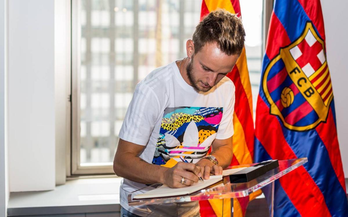 Ivan Rakitic visita la oficina del FC Barcelona en Nueva York
