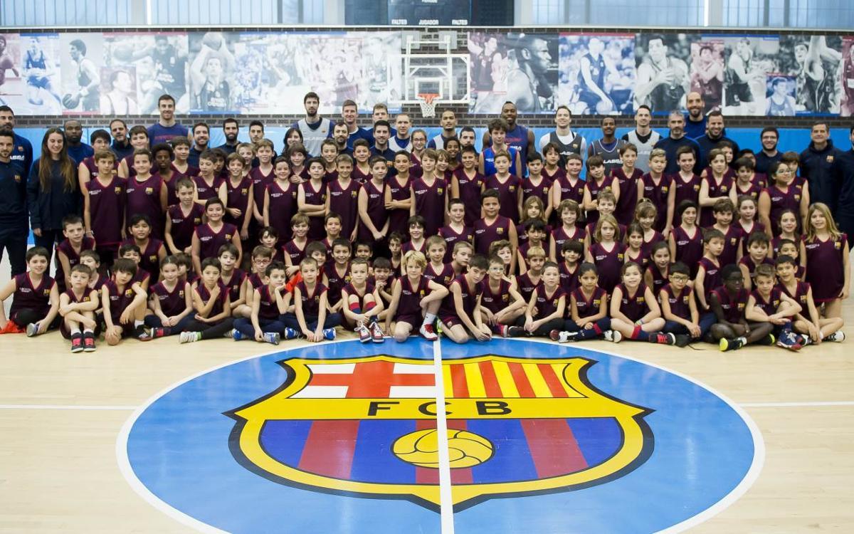 El primer equipo de baloncesto visita una jornada de partidos de la FCBEscola Basket