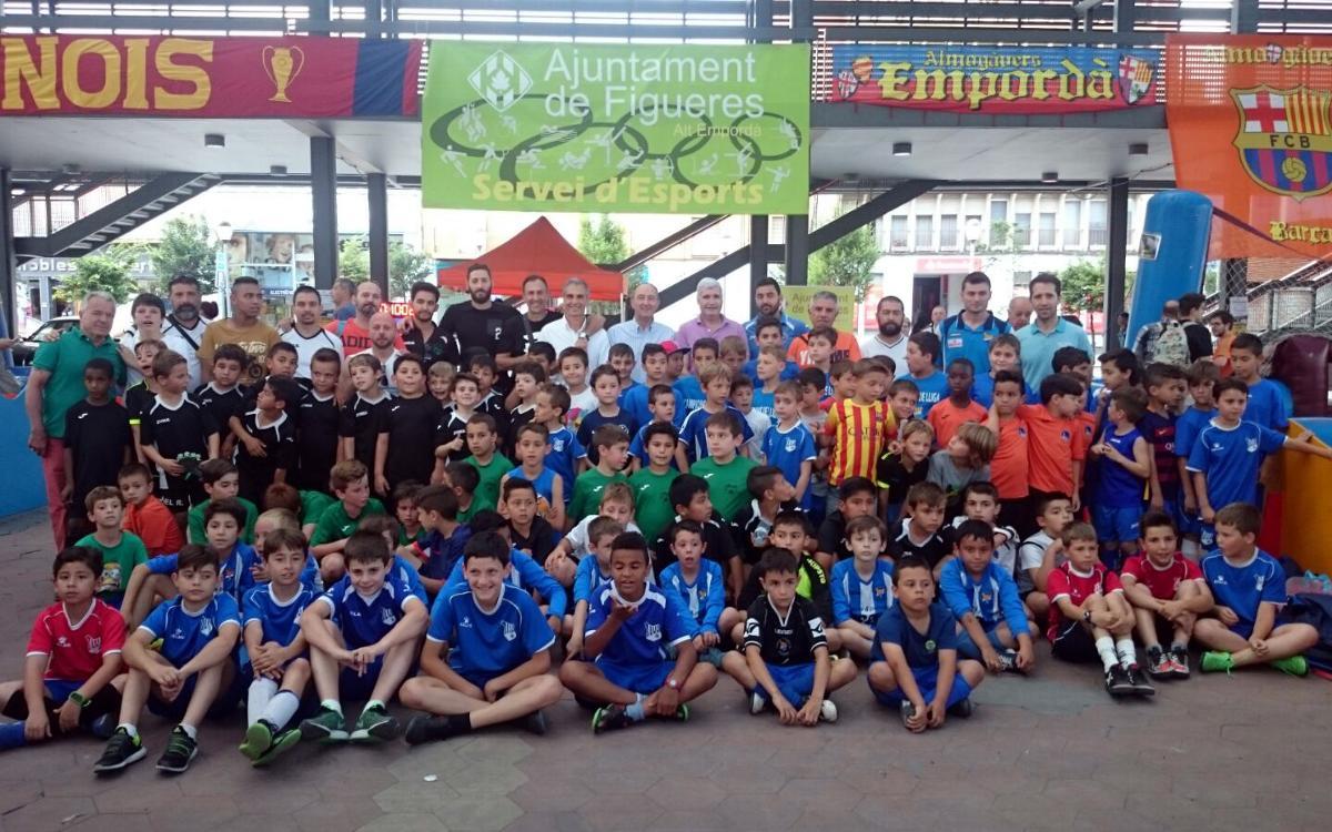 150 benjamins i prebenjamins de clubs de Figueres participen en el Futbol al Carrer de la Setmana Barça Jugadors
