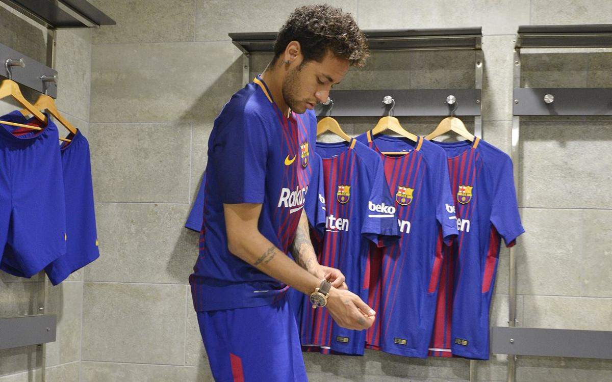 Barça players put on next season's first kit