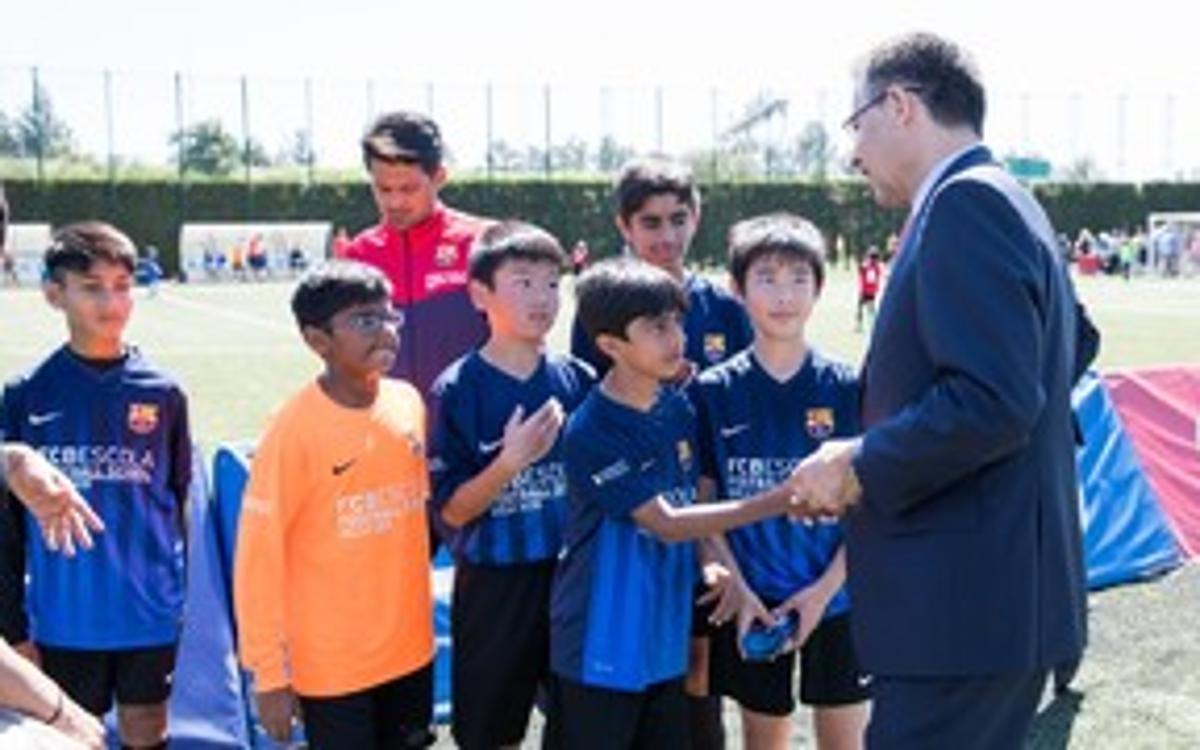Josep Maria Bartomeu visita el Torneig Internacional #FCBEscola17