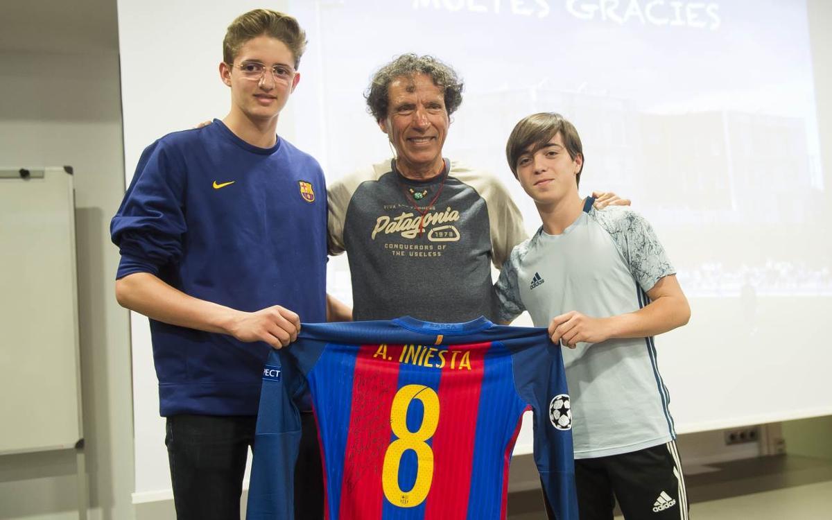 La samarreta d'Andrés Iniesta pujarà al Broad Peak