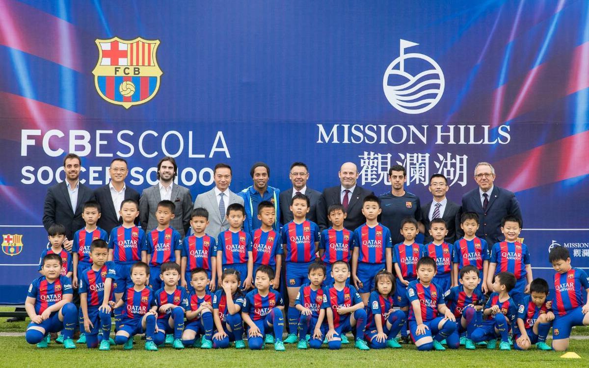 La FCBEscola de Hainan, presentada por Josep Maria Bartomeu y Ronaldinho