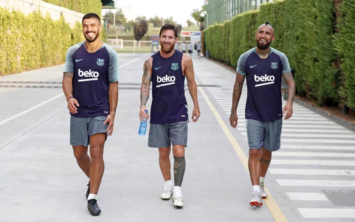Arturo Vidal meets teammates in afternoon training session