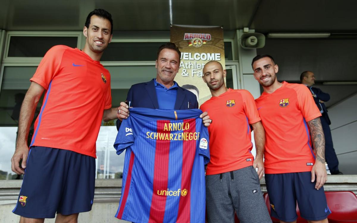 Arnold Schwarzenegger visita al primer equipo del FC Barcelona