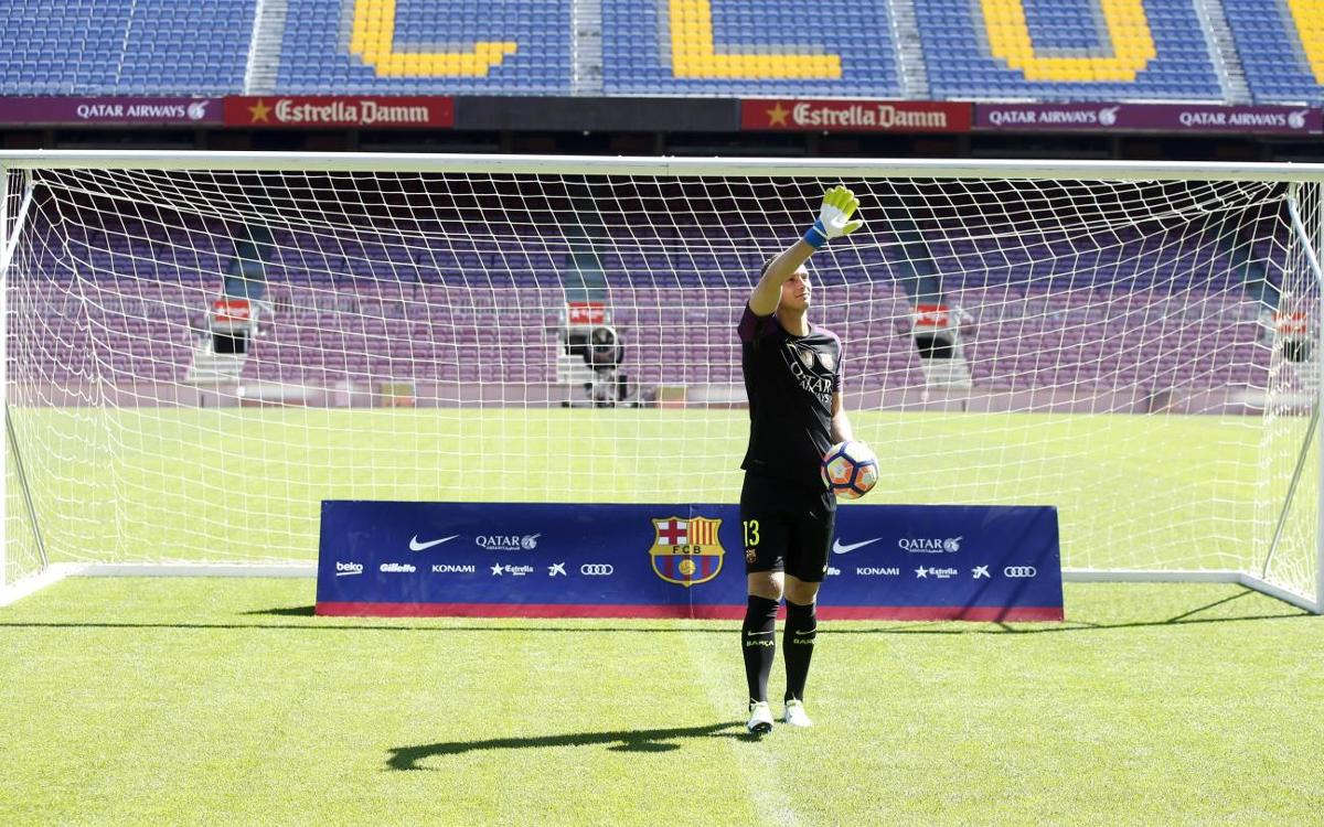 Jasper Cillessen makes first appearance on the Camp Nou pitch