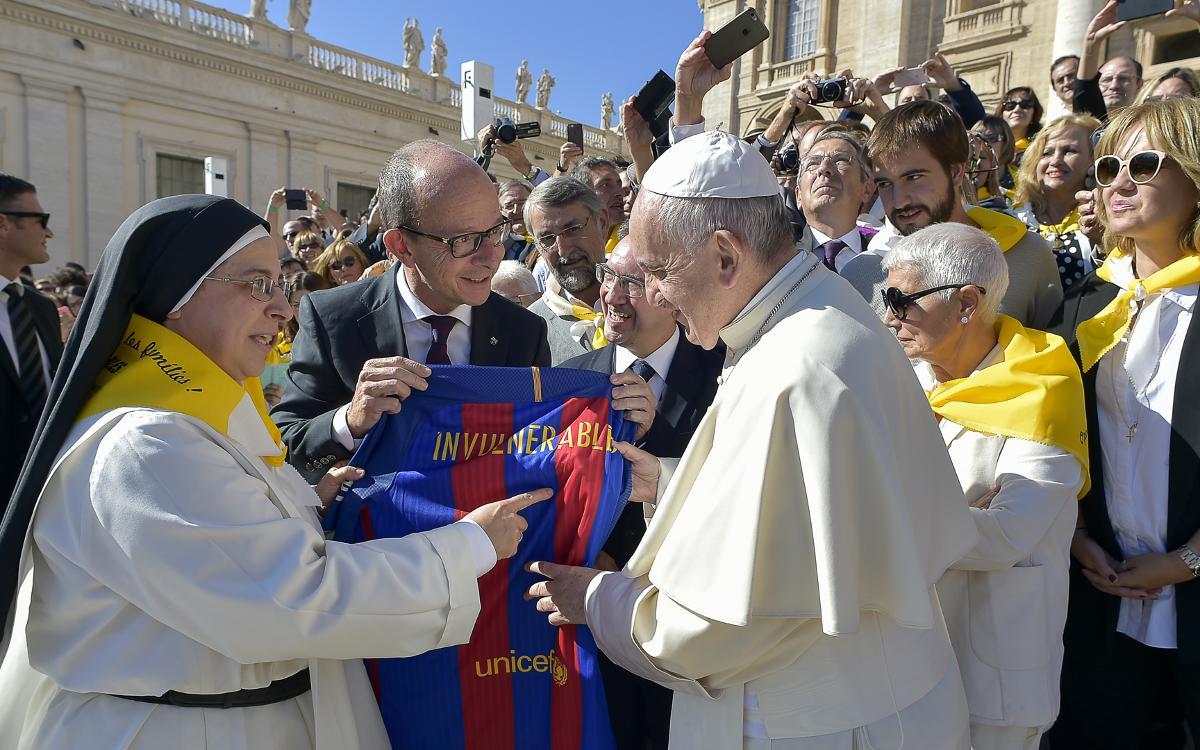 El papa Francisco recibe en el Vaticano a una representación del proyecto #Invulnerables, en el que participa la Fundación