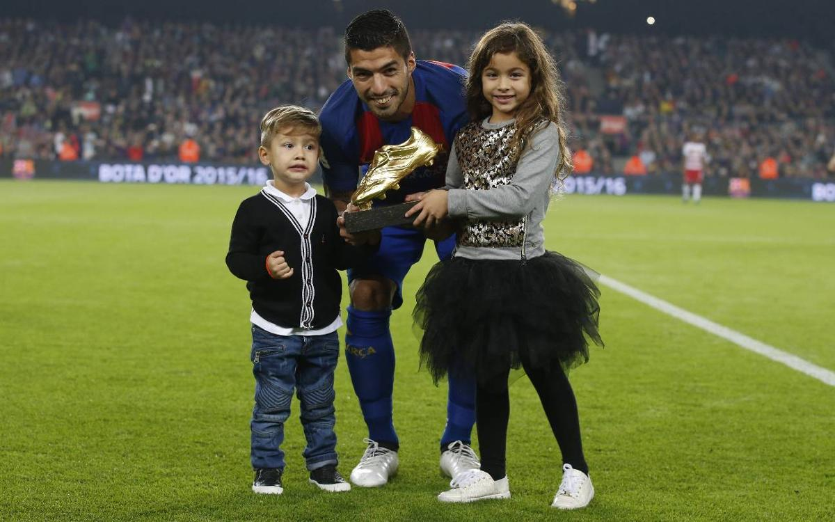 Luis Suárez presents Golden Shoe to Camp Nou