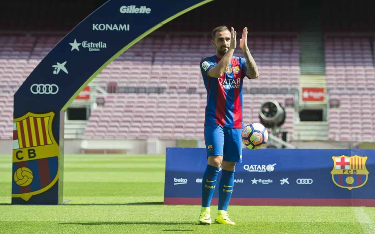 Paco Alcácer in a Barça shirt