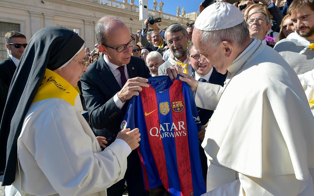 Pope Francis receives a delegation from the #Invulnerables project backed by the FC Barcelona Foundation