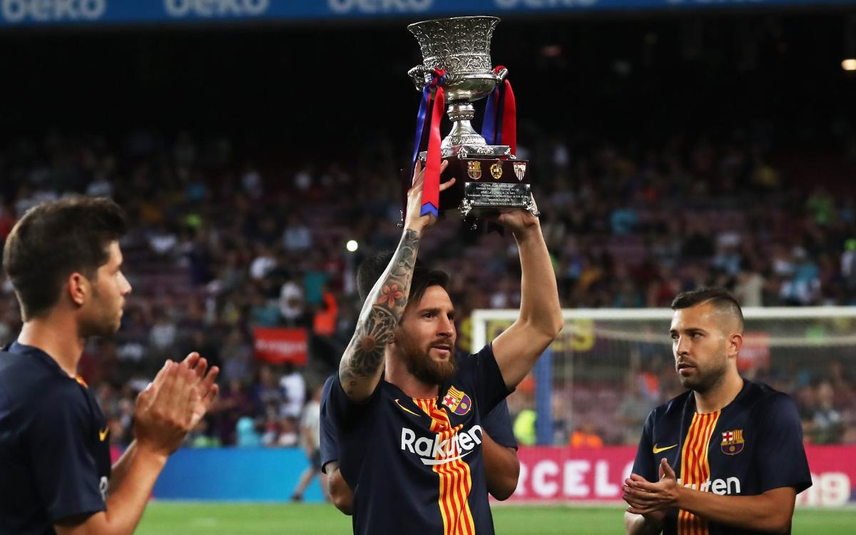 Messi offers up the Super Cup to the Camp Nou