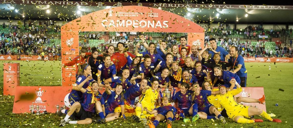Barça Women celebrating the Copa de la Reina victory in 2017/18