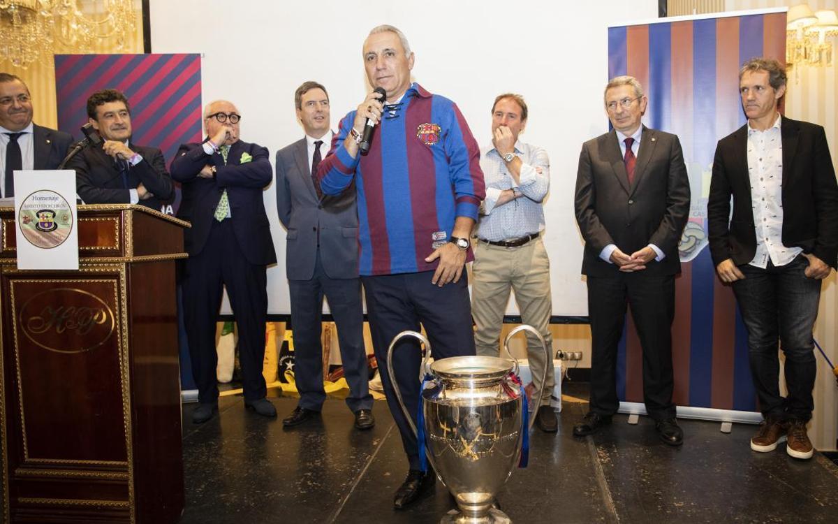 Hristo Stoichkov recibe el calor de las peñas en un gran homenaje en Salamanca