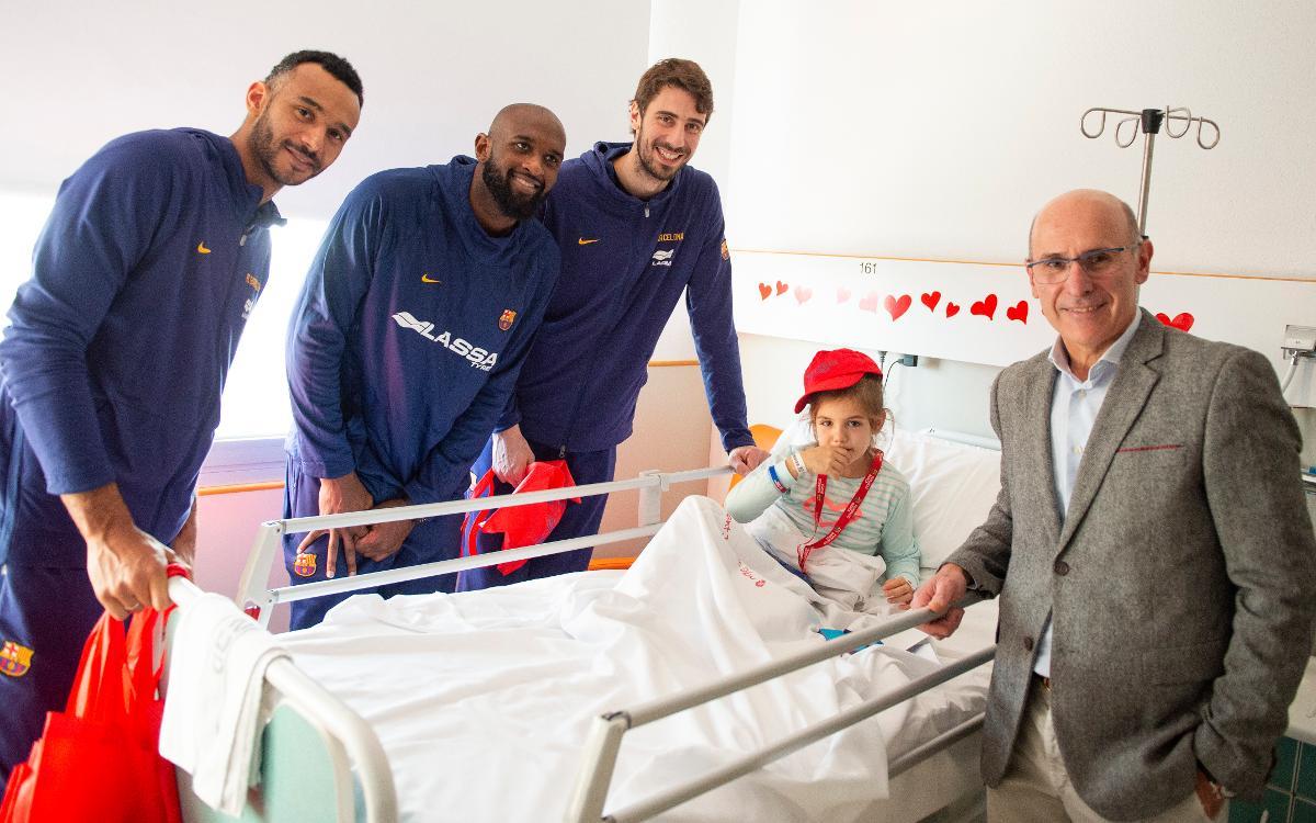 El baloncesto azulgrana llena de ilusión el Hospital Sant Joan de Déu