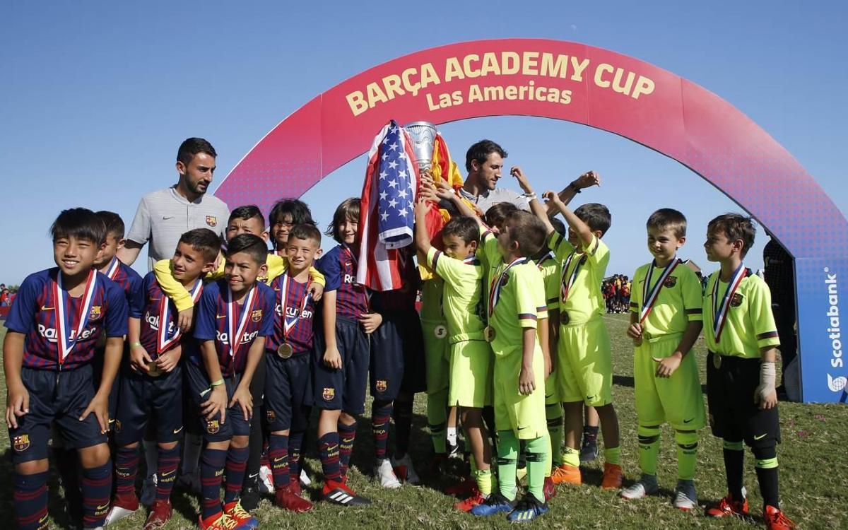 La Barça Escola Barcelona cedeix el seu títol a la Barça Academy Pro NY en un gest esportiu a la Barça Academy Las Américas Cup