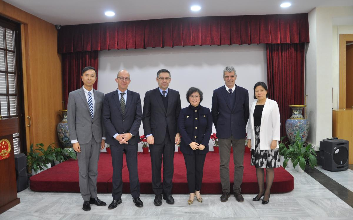 The president Josep Maria Bartomeu, the second vice president of the board Jordi Cardoner and the director Jordi Calsamiglia, with the Chinese consul, Lin Nan, and other members of the Chinese consulate.