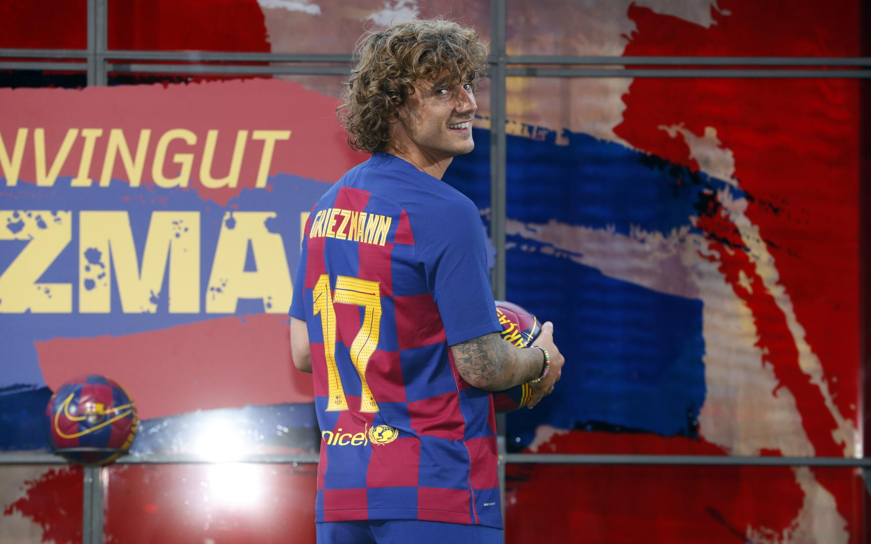 new style fb7e2 3a128 Griezmann wears the Barça shirt for the first time